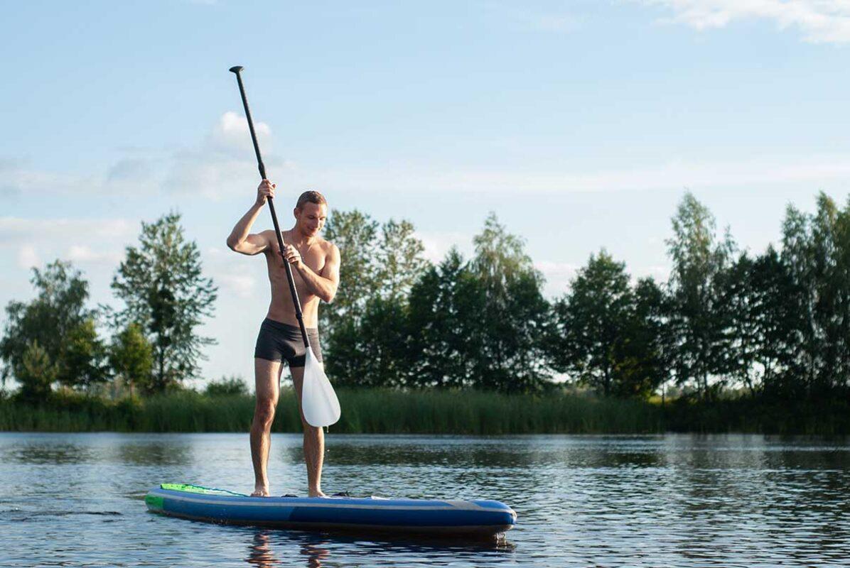 Stand Up Paddler zum Thema SUP Regeln Schweiz
