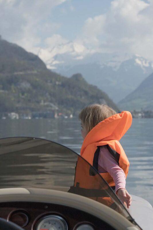 Kleinkind im Motorboot am Vierwaldstättersee bei Stansstad